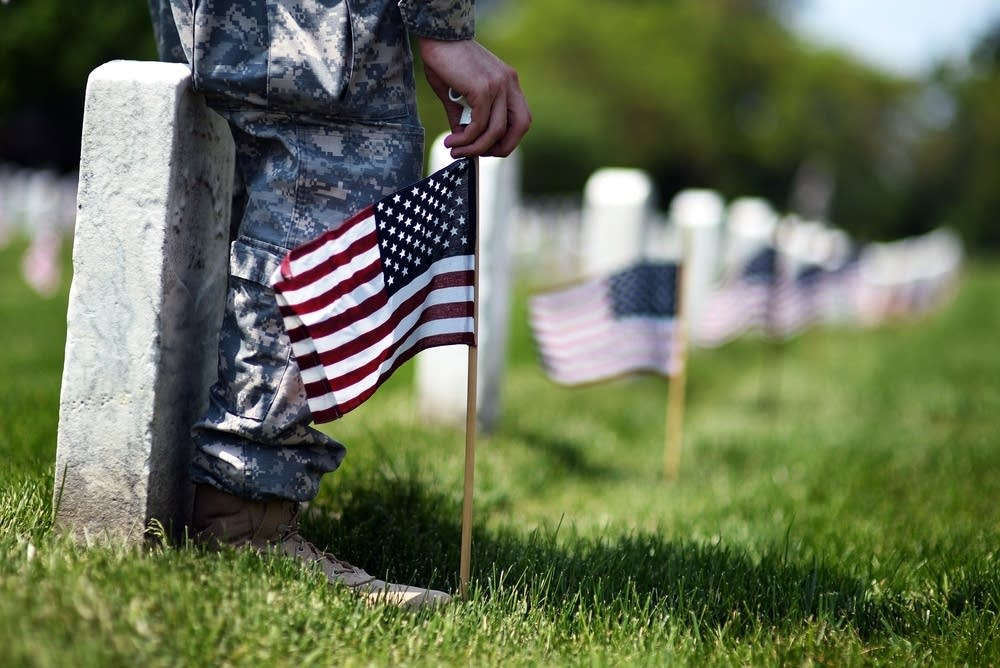 US-MEMORIAL-DAY-CEMETERY-FLAGS